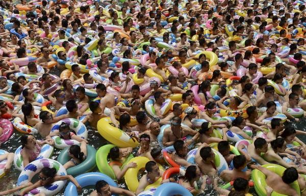 Багато людей на пляжі дезінфекція